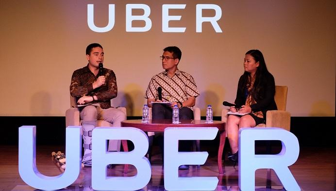 (dari kiri-kanan) John Colombo, Head of Public Policy and Government Affairs Uber Indonesia, Bernie Moestafa, selaku moderator, dan Mariam Jafaar, Managing Director Boston Consulting Group Asia Pacific, berdiskusi dalam acara peluncuran kampanye #UnlockJakarta yang diadakan hari Rabu, 1 November 2017. Foto: Dok. Uber