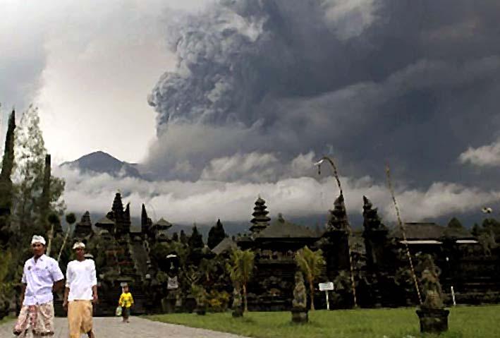 Erupsi Gunung Agung Minggu Pagi/Foto Reuters