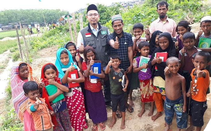 Tim Medis NU dr. H.M. Makky Zamzami, M.Kes dari IHA (Indonesia Humanitarian Alliance) saat bersama anak-anak pengungsi Pengungsi Rohingya di Ukhiya Cox's Bazar Bangladesh untuk memberikan pelayanan kesehatan. Foto: Dok. LPBI NU
