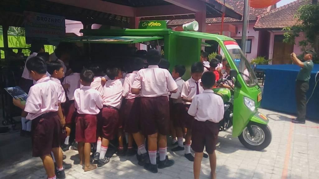 Kendaraan Si Mokos merupakan sarana yang dapat dimanfaatkan masyarakat dan para pelajar, sehingga dapat memberikan gambaran tentang informasi yang sedang terjadi melalui sarana yang tersedia di Si Mokos. (Foto: Muh Nurcholis/NUsantaraNews)