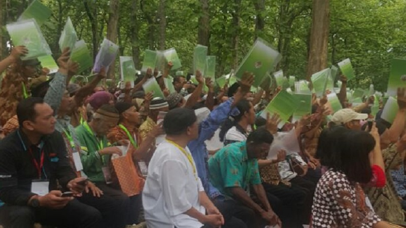 Ribuan petani miskin pemegang IPHPS (Izin Pemanfaatan Hutan Perhutanan Sosial). (Foto: Istimewa/MEH)