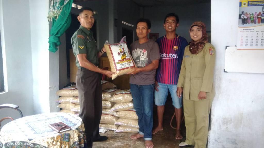 – Babinsa Serda Syahrun Alu bersama PPL Yunita Romayanti mendampingi Kelompok Tani Makmur dan Kelompok Tani Harapan menerima bantuan benih padi varietas Bagendit dari Dinas Pertanaman Pangan Kab Jember. (Foto: Istimewa)