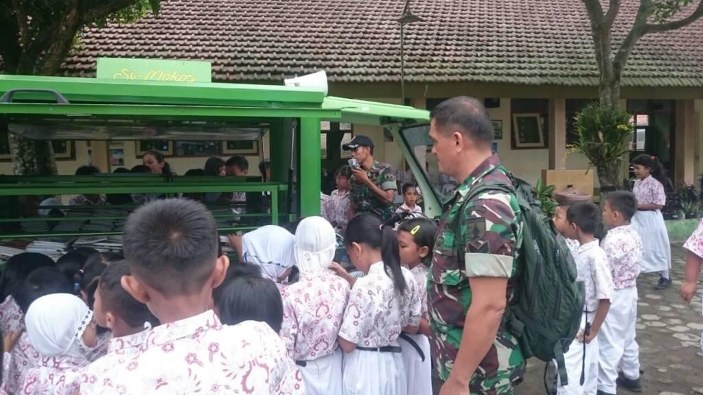 Sertu Sodikin, Sertu H Tarigan, Serda Bambang dan Serda Suprianta dari Koramil 0824/11 Sumbersari mengoperasikan Simokos ke SDN 3 Wirolegi 3 Jember. (Foto: Sis/Istimewa)