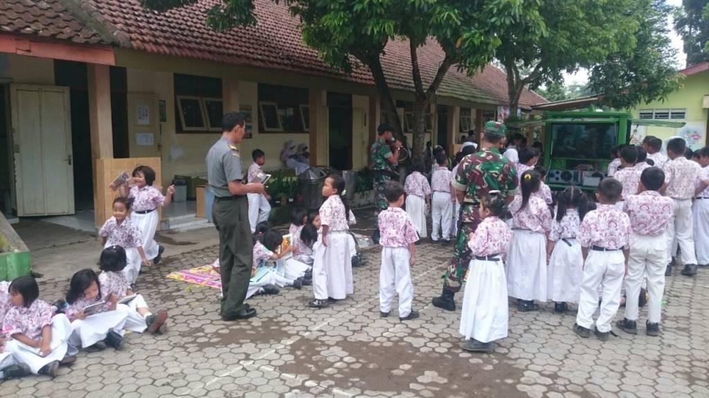 Antusiasme siswa-siswi SDN 3 Wirolegi 3 Jember menyambangi Simokos yang dioperasikan Sertu Sodikin, Sertu H Tarigan, Serda Bambang dan Serda Suprianta dari Koramil 0824/11 Sumbersari. (Foto: Sis/Istimewa)