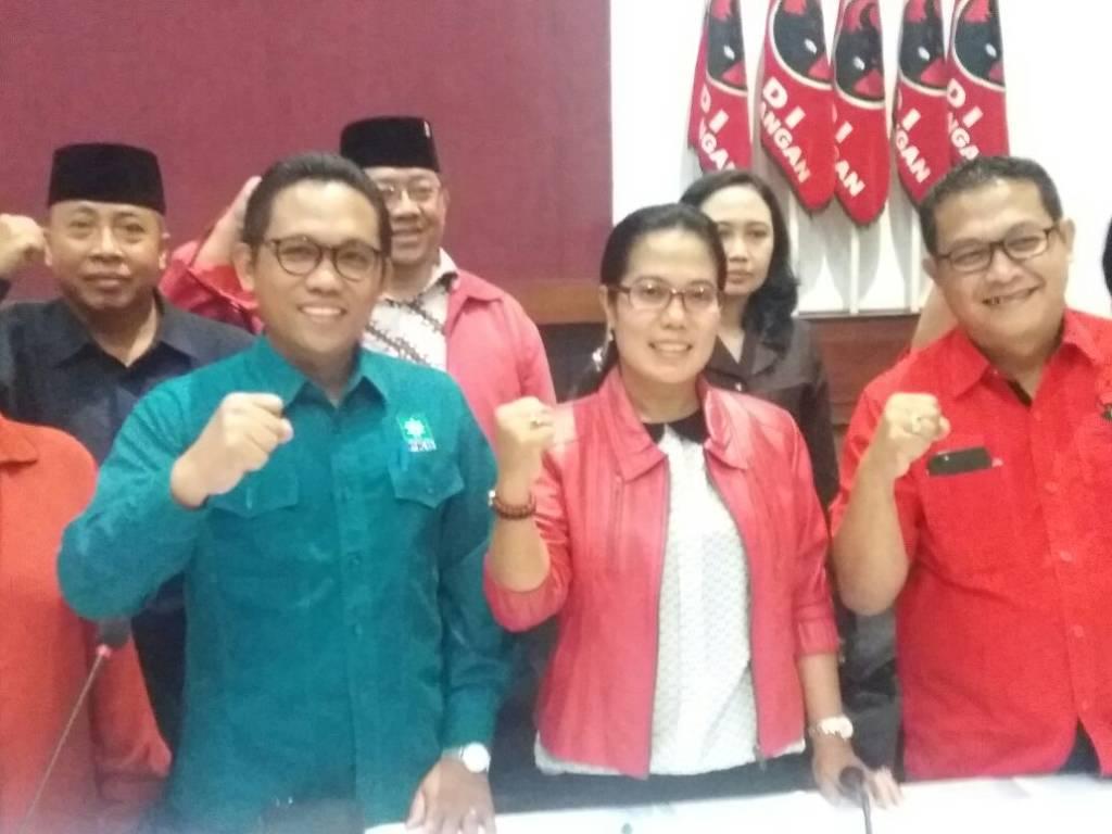 Sekretaris tim pemenangan pasangan pasangan Gus Ipul-Azwar Anas (PUAS) Sri Untari bersama tim koalisi Abang-Ijo menggelar rapat pembentukan timses di Surabaya. (Foto: Tri Wahyudi/NusantaraNews)
