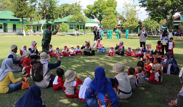 Puluhan Bocah TK Datangi Makodim Ponorogo Bersamaan Hari Pahlawan. Foto Muh Nurcholis/ NusantaraNews
