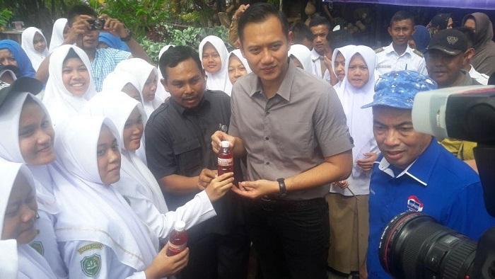 AHY Cicipi Teh Rosella Produk Siswa SMK-PP Negeri Saree. Foto: Dok. Istimewa/ NusantaraNews
