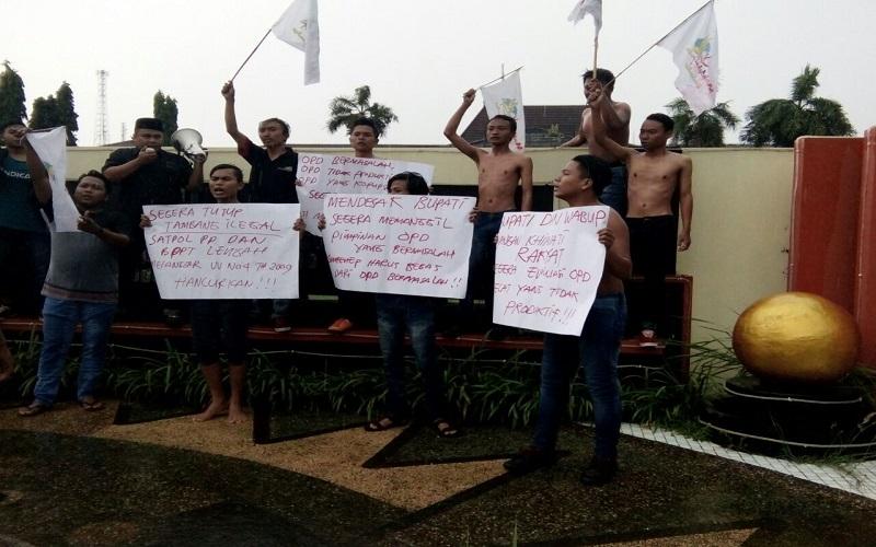 Sejumlah mahasiswa melakukan aksi demontrasi di depan Pemkab Sumenep. Foto: Mahdi Alhabib/NusantaraNews