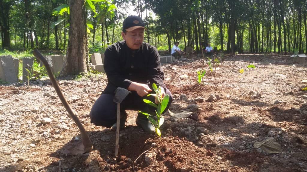 Agus Mashudi selaku kepala Perhutani Purwakarta terlibat langsung dalam gelar komando penanaman tahun 2017. Foto: Fuljo/NusantaraNews