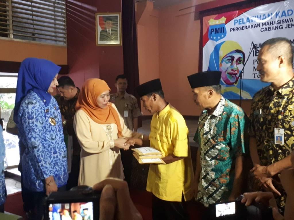 Menteri Sosial Khofifah Indar Parawansa menyerahkan santunan untuk korban longsor di Jember, Jumat (17/11). Foto: Tri Wahyudi/NusantaraNews