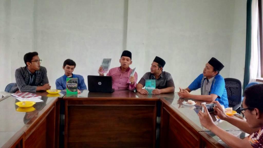 Rayakan Hari Guru Nasional (HGN) Dosen-dosen STAINU Temanggung rilis buku. Foto: Dul/Istimewa/NUSANTARANEWS