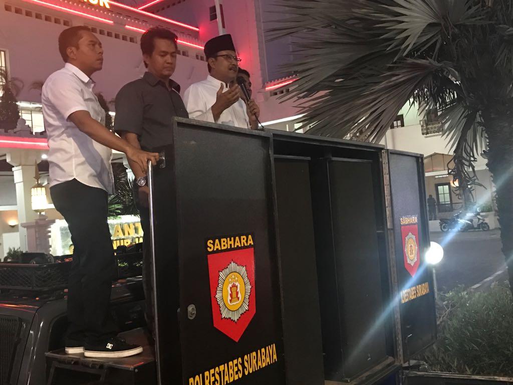 Federasi Serikat Pekerja Metal (FSPMI) di kantor Gubernur Jawa Timur akhirnya baru bisa membubarkan diri setelah mereka ditemui Wakil Gubernur Jawa Timur Saifullah Yusuf (Gus Ipul), Senin (20/11) petang. Foto: Tri Wahyudi/NUSANTARANEWS