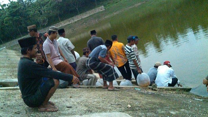 Pelepasan 12000 bibit ikan ait tawar di embung Desa Larangan Perreng Kecamatan Pragaan Kabupaten Sumenep. Foto Mahdi/ NusantaraNews