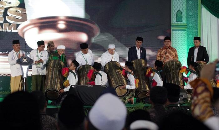 Pembukaan Munas dan Konbes ini ditandai dengan pemukulan beduk oleh Jokowi bersama Ketua Umum Pengurus Besar Nahdlatul Ulama (PBNU) KH. Said Aqil Siroj, kyai khos NU, KH. Maimun Zubair, Ketua Umum Majelis Ulama Indonesia (MUI) KH. Ma'ruf Amin, Menteri Agama RI, Lukman Hakim Saifuddin dan Gubernur NTB, Dr. TGH. M. Zainul Majdi. Foto: Doj. Munas Alim Ulama 2017
