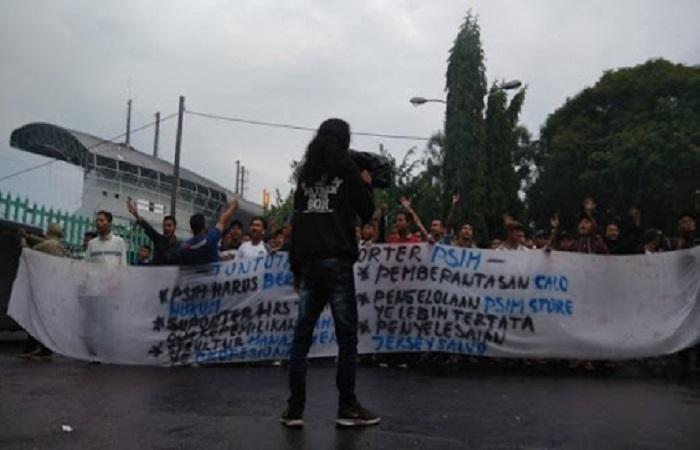 Suporter PSIM Yogyakarta menggelar aksi demontrasi menuntuk kepastian dari manajemen mengenai status Badan Hukum tim kesayangan Masyarakat Yogyakarta. Foto: Do;k. Istimewa