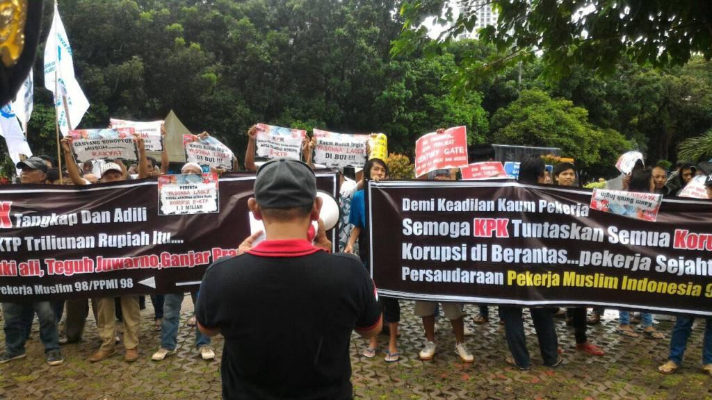 Ratusan massa Federasi Serikat Pekerja Persaudaraan Pekerja Muslim Indonesia '98 (FSP - PPMI '98) KPK segera mengkap Menteri Hukum dan HAM Yasonna H. Laoly. Foto: Istimewa