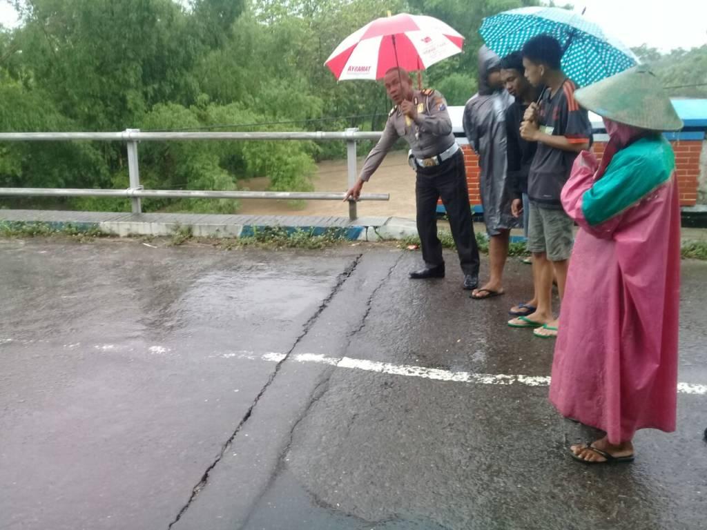 Jembatan di Ponorogo retak. Foto: Much Nurcholis/NusantaraNews