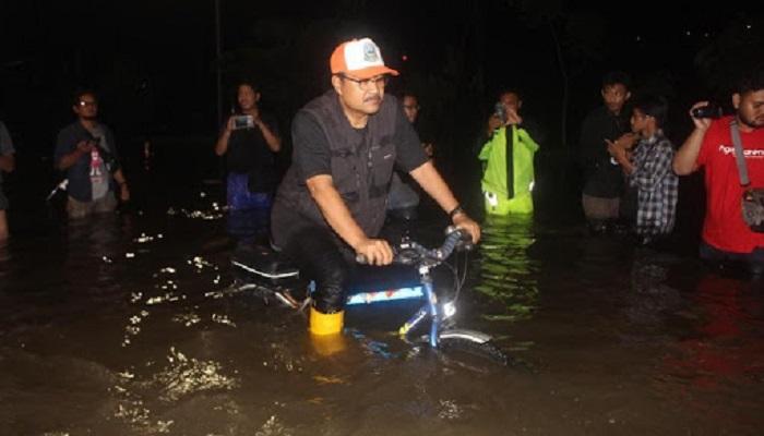 Wakil Gubernur Jawa Timur Saifullah Yusuf (Gus Ipul) minta masyarakat pesisir selatan Jawa Timur tetap memawaspadai dampak siklon tropis Cempaka yang terbentuk di selatan Pacitan. Foto: Tri Wahyudi/NusantaraNews