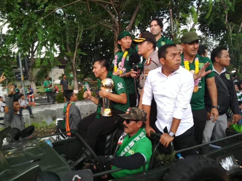 Rombongan tim Persebaya Surabaya menaiki jeep terbuka diikuti CEO Persebaya Azrul Ananda dan Kapolrestabes Surabaya Kombes Pol Mohammad Iqbal, Rabu (29/11/2017). Foto: Tri Wahyudi/NusantaraNews
