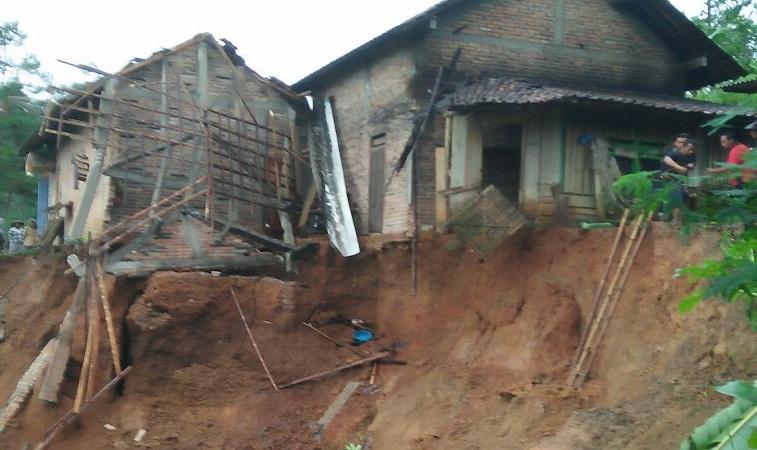 Rumah warga di Ponorogo terkena bencana longsor. Foto: Muh Nurcholis/NusantaraNews