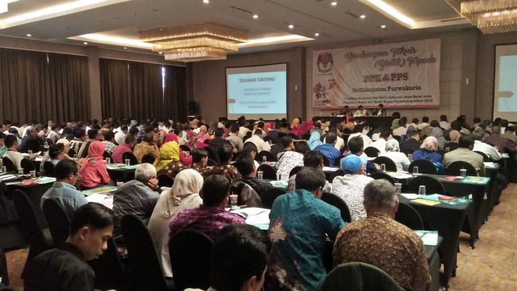 Jelang Pikada Sebanyak 434 orang dari PPK dan PPS terlibat dalam bimtek yang diselenggarakan KPUD Purwakarta di Hotel Harper, Bungursari Purwakarta, Senin (20/11). Foto: Fuljo/NusantaraNews