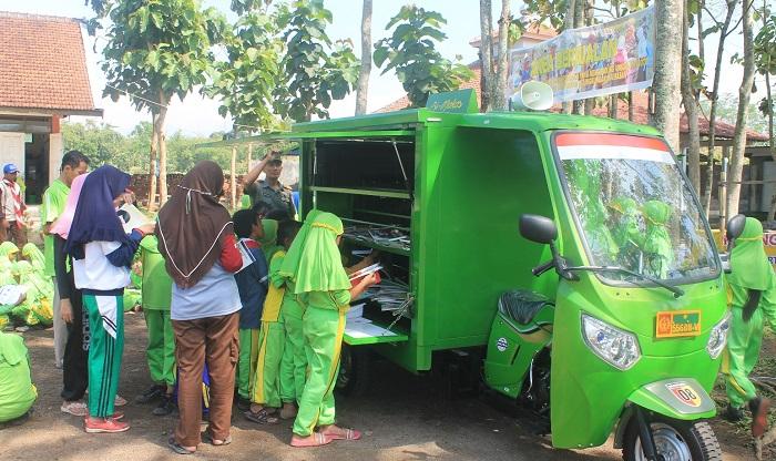 """Siswa MI Negeri Sumbersari Sambut Ceria Kedatangan """"Si Mokos"""". Foto Sis24/ NusantaraNews"""