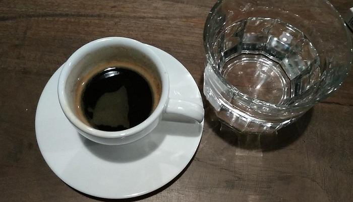 Secangkir Kopi Espresso dan segelah air putih yang ditinggalkan sang penjual kopi. Foto Sulaiman/ NusantaraNews
