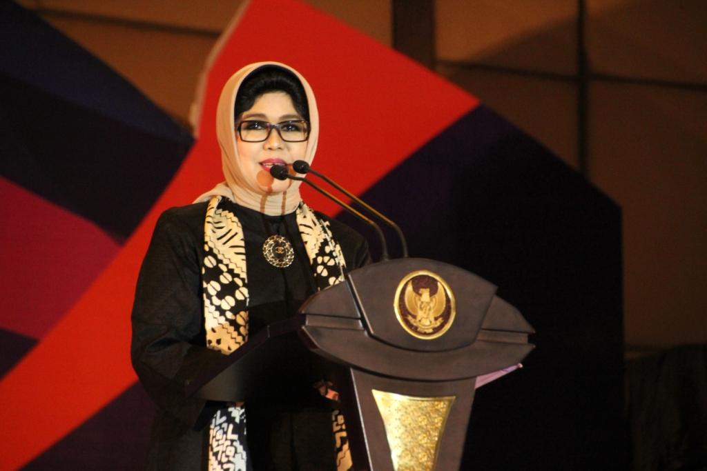 Nina Soekarwo memberikan sambutan pada acara peringatan Hari Ikan Nasional & Pemilihan Duta Gemarikan 2017 di Pakuwon Surabaya. Foto: Tri Wahyudi/NusantaraNews