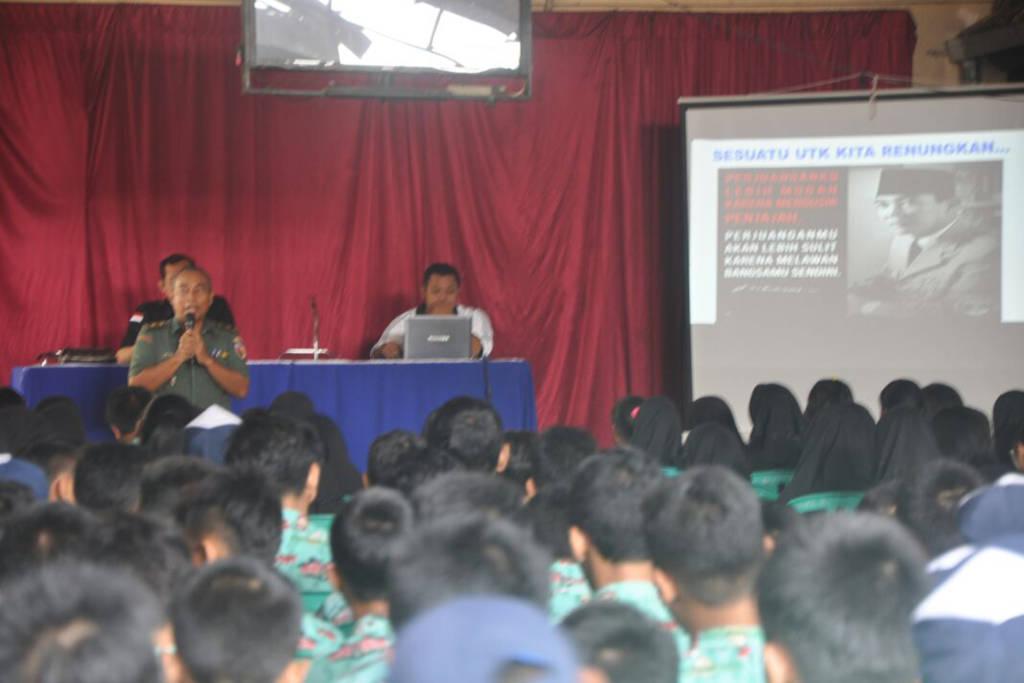 Kepala Staf Kodim Blitar Mayor Inf Rudy Sudjatmiko memberikan pembekalan materi tentang Wawasan Kebangsaan kepada Siswa-siswi SMPN 4 Sananwetan, Blitar, Kamis (2/11/17). (Foto: Gun/Istimewa)