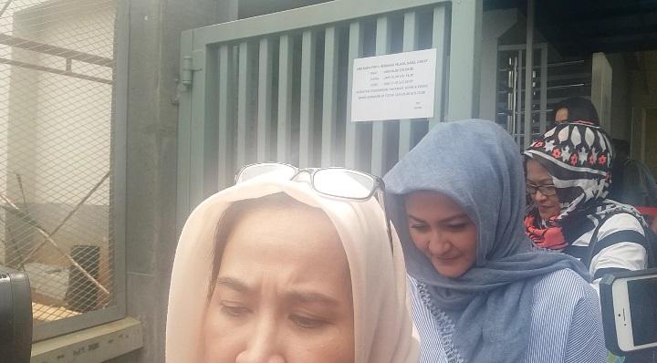 Istri dan kerabat tersangka kasus korupsi proyek e-KTP Setya Novanto menjenguk dirinya ke Rutan KPK pada Kamis (23/11/2017). Foto: Restu Fadilah/NUSANTARANEWS)