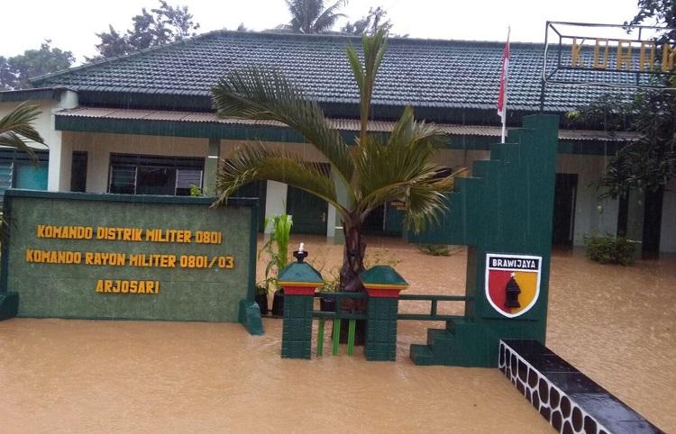 Koramil Arjosari Pacitan Digenangi Banjir (Foto Edy/Nusantaranews.co)