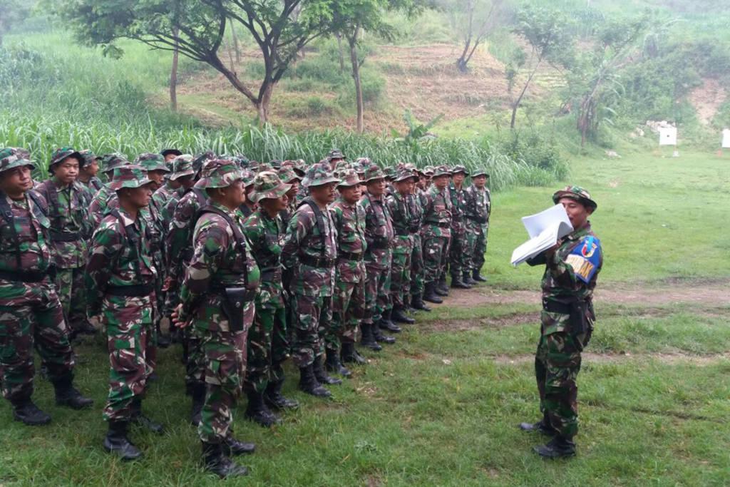 Kodim 0807/Tulungagung latihan menembak di lapangan Tembak Bukit Cemenung Tulungagung pada Rabu (29/11). Foto: Dok. Penrem