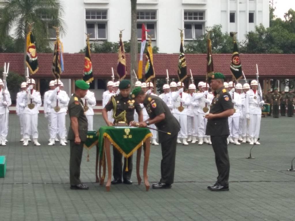 Upacara Sertijab Pangdam V/Brawijaya dari Mayjen TNI Kustanto Widiatmoko kepada Mayjen TNI Arif Rahman. Foto: Dok. Istimewa