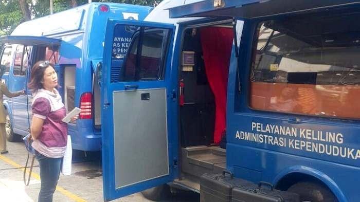 Pelayanan keliling administrasi kependudukan Suku Dinas Kependudukan dan Catatan Sipil (Dukcakpil) Jakarta Selatan. (Foto: Bintang Pradewo/Via Warta Kota)