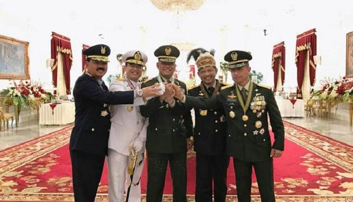 Panglima TNI Gatot Nurmantyo bersama Kepala Staf TNI dan Kapolri. Foto: Humas Setkab