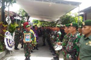 Prosesi pemakaman Kapten Arm Antonius  Pasiops Kodim 0808/Blitar. (Foto: Amrin/Istimewa)