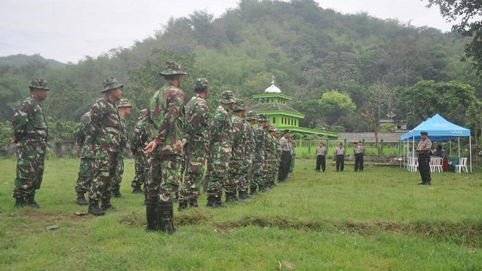 TNI Polri Tanam Pohon di Blitar dalam rangka peringati Hari Pahlawan. Foto Amrin/Timbul