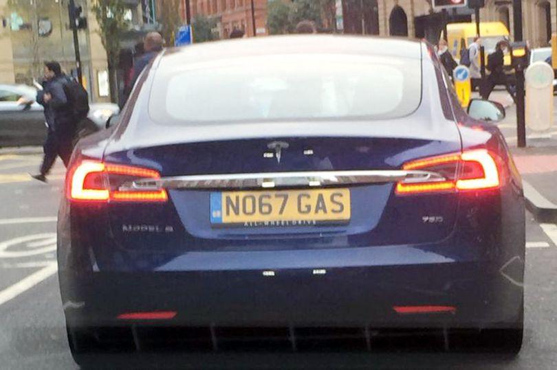 Mobil listrik Tesla Model S1 beroperasi di kota Manchester. (Foto: Manchester Evening News WS)