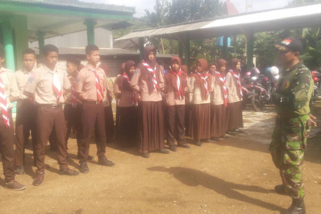 Danramil 0801/09 Sudimoro Kapten Inf Priyo Sujatmiko memberika Wawasan Kebangsaan kepada Saka Wira Kartika yang bertempat di Makoramil 0801/09 Sudimoro Kecamatan Sudimoro pada Jumat (3/11/17). (Foto: Dok. Kodim)