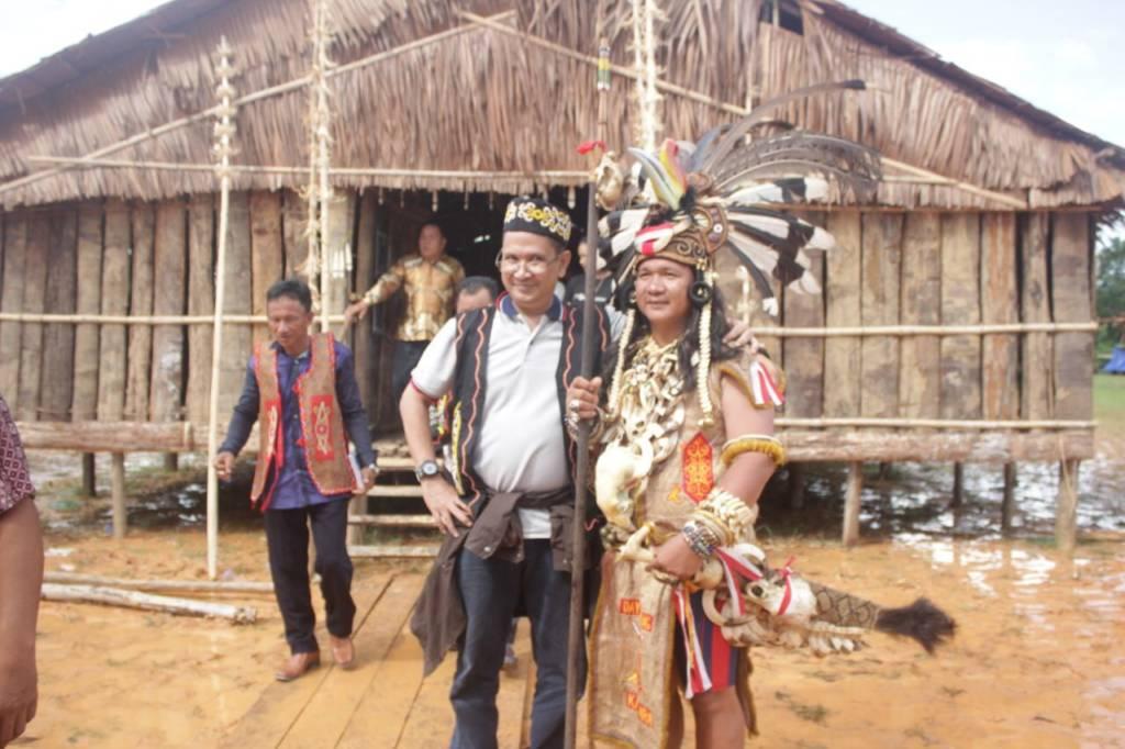 Teddy Wibisana (kiri) bersama salah seorang tokoh muda Dayak Agabag pasca penganugerahan gelar warga kehormatan. Foto: Edy Santri