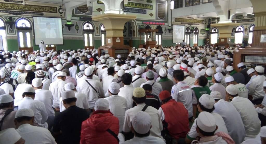 Sejumlah masa dari beberapa Ormas yang tergabung dalam Gerakan Nasional Pengawal Fatwa Ulama (GNPF Ulama) berkumpul untuk memperingati momentum Aksi 411 di Masjid Agung Al Azar,Kebayoran Baru,Jakarta Selatan ,Sabtu (4/11/2017). (Foto: Edy Santri/NusantaraNews)