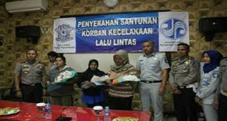 Kepala Jasa Raharja Hervanka Tridianto sedang sosiliasasi dan pemberian klaim asuransi lakalantas di Purwakarta. (Foto: Fuljo/Kris/NusantaraNews)