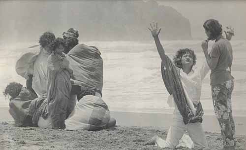 Rendra (jongkok) sedang latihan di Pantai Parangtritis. Foto: Dok. Tembi Rumah Budaya
