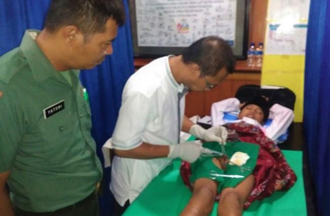 Salah satu prosesi khitan pada Khitanan Massal Gratis Dalam Rangka HJK. Foto: Penrem 082/CPYJ