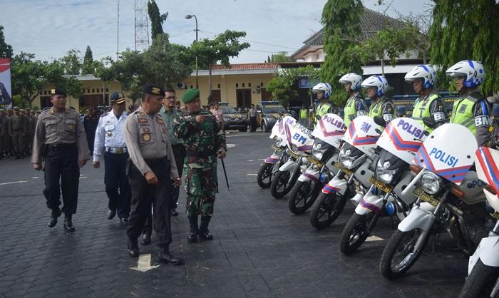 Dandim Tuban Ikuti Gelar Pasukan Operasi Lilin 2017. Foto: Foto Penrem 082/CPYJ/ NusantaraNews