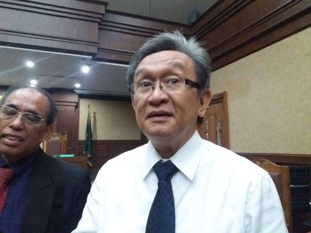 Kuasa Hukum Setya Novanto, Maqdir Ismail mempertanyakan hilangnya sejumlah nama politikus dalam surat dakwaan Setya Novanto yang dibacakan oleh Jaksa Penuntut Umum Komisi Pemberantasan Korupsi (KPK). Foto: Restu Fadilah/NusantaraNews