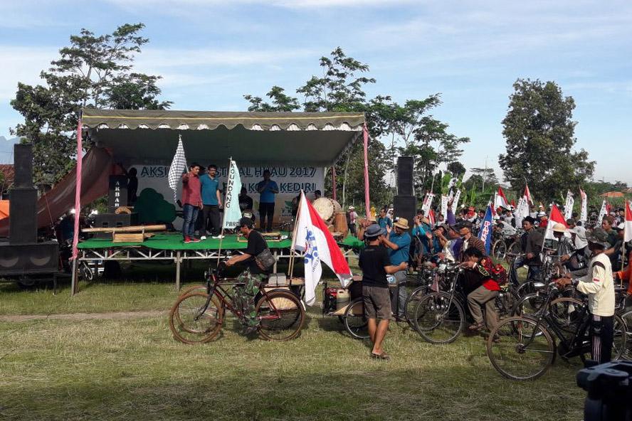 """Gerakan penghijauan berjargon """"Fesival Hijau dan Aksi Hijau"""" digelar di lapangan Kelurahan Jamsaren Kecamatan Pesantren Kediri, Jawa Timur. Foto: Dok. Penrem"""