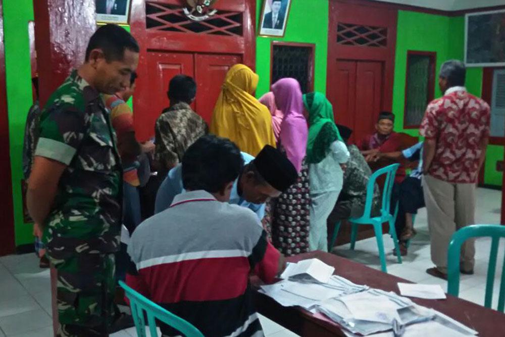 Babinsa Koramil 0811/18 Parengan, Serda Muri mengatakan, pihaknya sangat mendukung program Kartu Tani kepada 221 petani di Desa Brangkal kecamatan Parengan, Tuban. Foto: Dok.Penrem