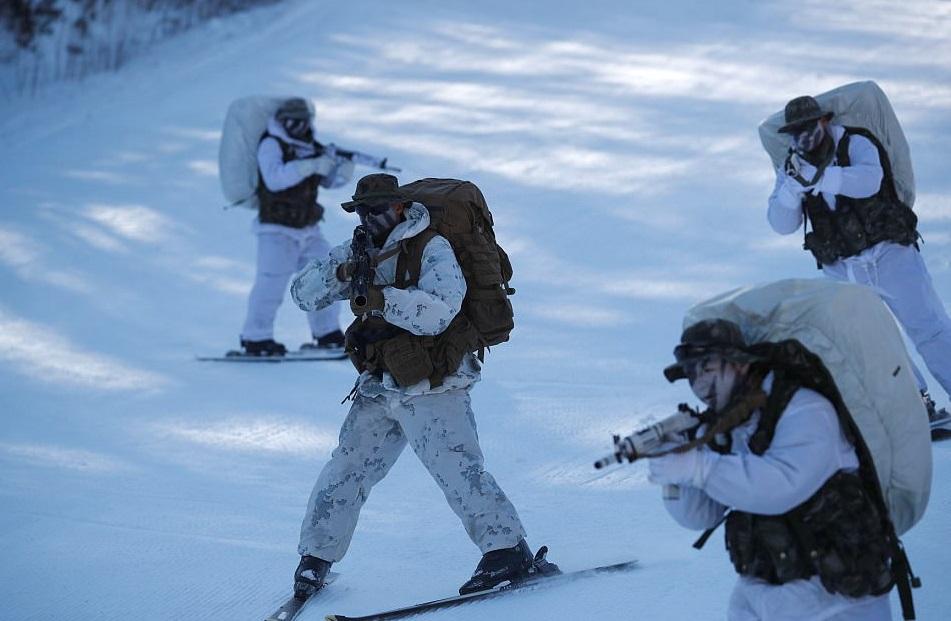 Sebanyak 220 marinir Korea Selatan (South Korean Marine) dan 220 marinir AS (US Marine) gelar latihan perang di musim salju. Foto: REUTERS