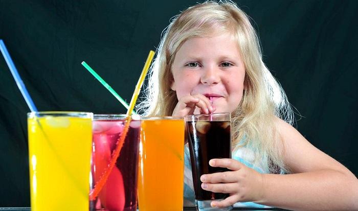 Anak sedang minum minuman bersoda. Foto: Dok. heraldsun.com.au
